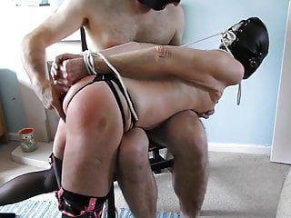Vecchia cagna incappucciata e legata acquista anale agganciata e sodomizzata da 2 tizi