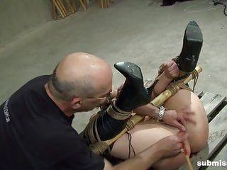 Una ragazza sexy allacciata acquisisce la tortura del doppio vibratore che merita