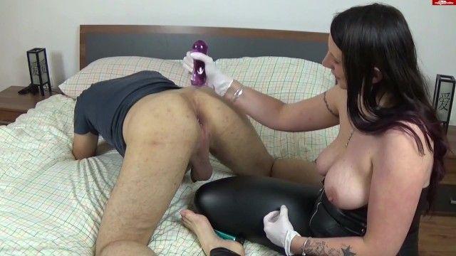 Degna mistresse in pelle munge schiavi guanti di nitrile bianco della prostata