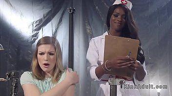 Paziente marrone scuro con bonks anali da infermiera nera