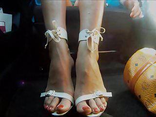 Hawt feet high heels in car