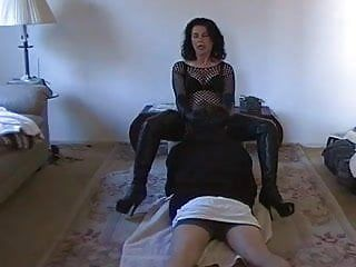 Dom wife makes him worship her fur pie