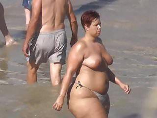 Stringa per prendere il sole in topless con gazoo straordinario, grande e freddo