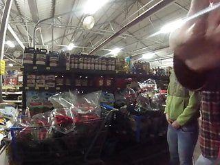 La cagna riceve un creampie esposto in un negozio pubblico e alla pecorina