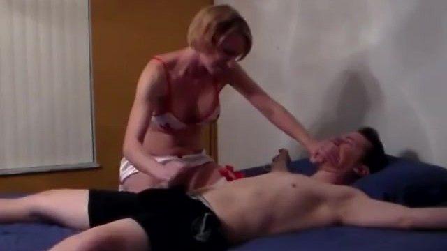 Tugjob e sesso orale di un ragazzo legato
