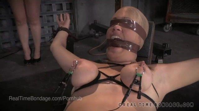 Spettacolo di schiavitù dal vivo - il biondo riceve scioccato