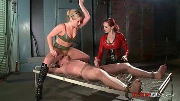 2 doxies femdom castigano ragazzo allacciato