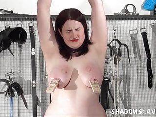 Lesbo slavegirl alyss torturata dalla sua dea femdom in hardcore