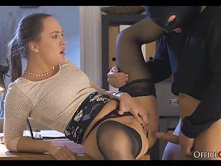 Il boss lascivo copula il ladro che ha fatto irruzione nel suo ufficio