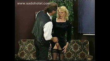 Il capo tira su la sottoveste della sua segretaria e la sculaccia sul culo e gioca e stringe il suo twat teso