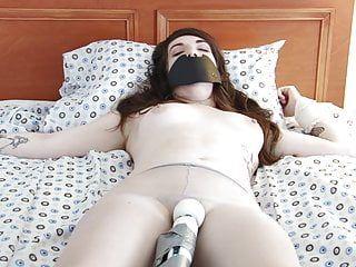 Hawt e hawt marrone scuro vengono duramente allacciati con il dispositivo coniugale hitachi
