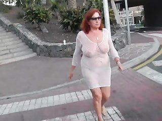 Meravigliose sgualdrine invecchiate camminano per la città con meloni spogliati